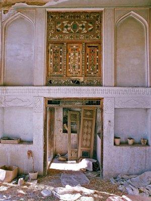 نمایی از  اتاق شاه نشین خانه حیدری که پنجره گره چینی آن سالم مانده است. این نوع در و پنجرهها بهای بسیار زیادی دارند و به همین دلیل حتی پیش از تخریب خانه، از جا کنده و فروخته می شوند.<br />