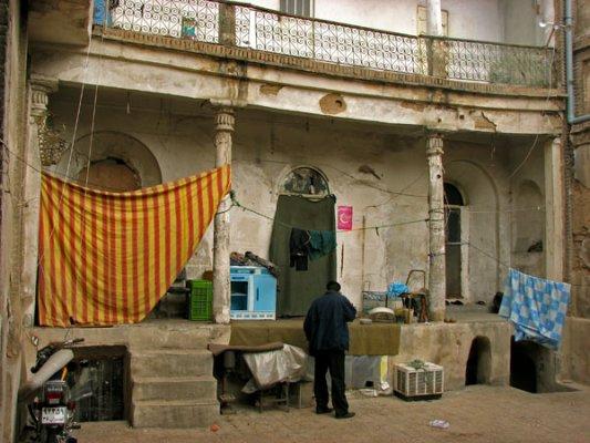 اما وقتی به درون چنین خانه هایی می روی، حسابی توی ذوقت می خورد. هر اتاق به اجاره جماعتی از پادوهاو باربرها و دستفروشان بازار تهران درآمده است. اغلب مهاجراند و بسیاری شان معتاد.