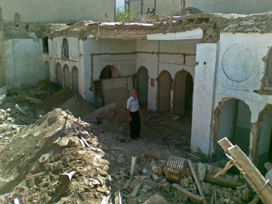 به گفته آقای علیرضا عالم زاده، خانواده او این خانه را به شرکت مسکن سازان اصفهان فروختند تا از سوی این شرکت مرمت و احیا شود. اما پس از دو سال و نیم خبر تخریب آن را دریافت کردند.<br />